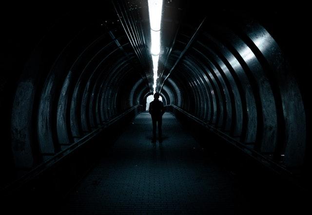 Zářivka svítící v temnotě