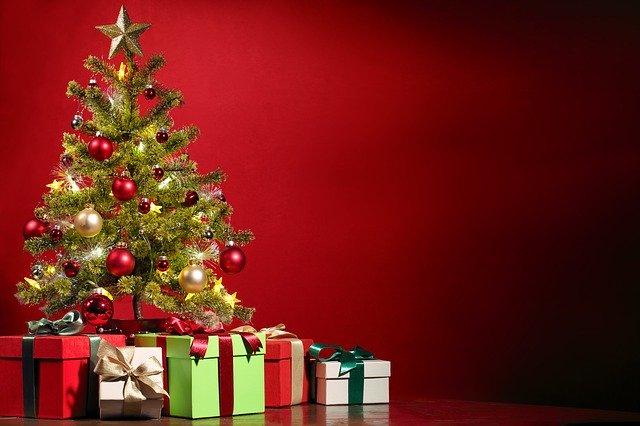 Stromeček s dárky na červeném pozadí
