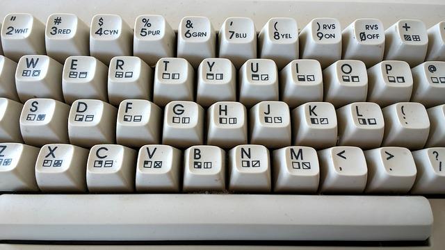 psaní článků na klávesnici